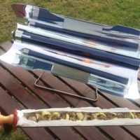 Krůtí kousky s cibulí a pepřem na víně na solárním grilu